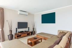 Комната просторной виллы внутренняя и живущая Стоковое фото RF