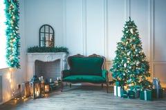Комната рождества живущая с рождественской елкой, Стоковые Фотографии RF