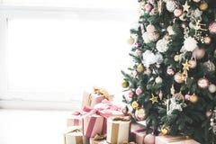 Комната рождества живущая с рождественской елкой, Стоковое Фото