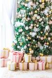 Комната рождества живущая с рождественской елкой, Стоковое фото RF