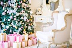 Комната рождества живущая с рождественской елкой, Стоковые Фото