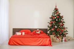 Комната рождества Нового Года белая с красной рождественской елкой украшения Стоковое фото RF