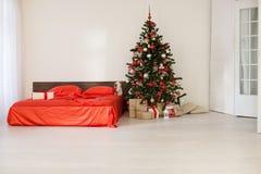Комната рождества Нового Года белая с красной рождественской елкой украшения Стоковое Фото