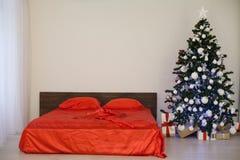 Комната рождества Нового Года белая с красной рождественской елкой украшения Стоковые Фотографии RF