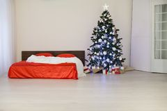 Комната рождества Нового Года белая с красной рождественской елкой украшения Стоковые Изображения RF