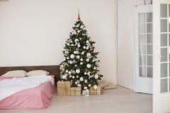 Комната рождества Нового Года белая с рождественской елкой Стоковая Фотография RF