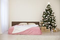 Комната рождества Нового Года белая с рождественской елкой Стоковое Изображение RF