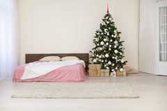 Комната рождества Нового Года белая с рождественской елкой Стоковые Изображения RF