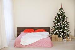 Комната рождества Нового Года белая с рождественской елкой Стоковые Фотографии RF