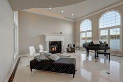 Комната роскошных высоких потолков живущая с мраморным полом стоковое фото