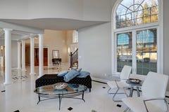 Комната роскошных высоких потолков живущая с мраморным полом стоковая фотография
