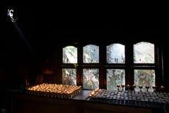 Комната свечи в тибетском монастыре: перед окном таблица при масляные лампы горя, фитили горят, outsi Стоковое Фото