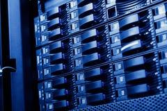 Комната сетевого сервера при компьютеры высокой эффективности серверов бежать процессы Стоковая Фотография RF