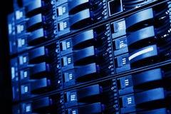 Комната сетевого сервера при компьютеры высокой эффективности серверов бежать процессы Стоковое Фото