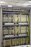 Комната сетевого сервера с компьютерами оборудования для цифровых связей ip ТВ и интернета сети стоковые изображения rf