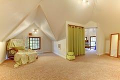 Комната симпатичного яркого чердака живущая с сводчатым потолком, ковром, ar Стоковая Фотография RF