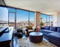 Комната современной квартиры города живущая. Стоковые Изображения