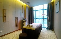 Комната спы и кровать массажа Стоковое фото RF
