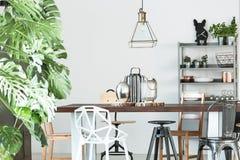 Комната с деревянным общим столом стоковая фотография