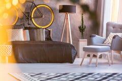 Комната с кроватью и креслом стоковая фотография