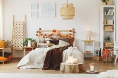 Комната с кроватью стоковые изображения