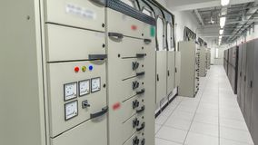 Комната с строками оборудования сервера в hyperlapse timelapse центра данных видеоматериал