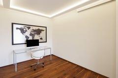 Комната с стулом и компьютером таблицы стоковая фотография