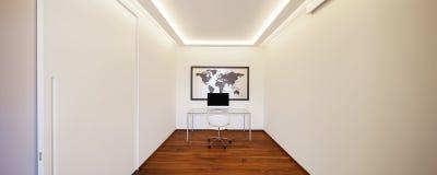 Комната с стулом и компьютером таблицы стоковое изображение rf