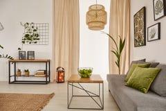 Комната с таблицей и софой стоковая фотография