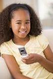 комната телефона клетчатой девушки живущая используя детенышей Стоковые Изображения