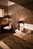 комната цветов кровати коричневая Стоковая Фотография