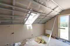 Комната чердака под конструкцией с гипсовыми досками и окнами гипса Стоковые Изображения RF