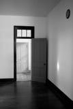 Комната черно-белой открыть двери пустая Стоковое Изображение RF