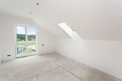 Комната чердака под конструкцией с гипсовыми досками и окнами гипса стоковая фотография