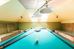 Комната чердака развлечений с таблицей биллиарда Стоковая Фотография RF