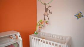 Комната для newborn, кроватка тренировки сток-видео