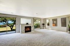 Комната Beautitful живущая с камином и выход украшают Стоковые Изображения