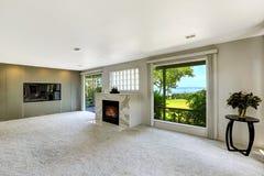 Комната Beautitful живущая с камином и выход украшают Стоковое Изображение RF