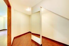 Комната Landry с шкафами строения клена изготовленными на заказ стоковое изображение rf