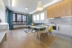 Комната Lliving с открытой кухней стоковое фото rf
