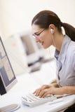 комната mp3 плэйер компьютера слушая к женщине Стоковое Изображение RF
