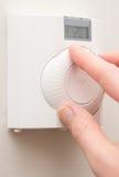 Комнатная температура руки изменяя с термостатом установленным стеной стоковое фото rf
