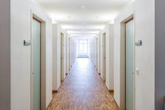 Комнаты двери в общей спальне и окнах Стоковое Изображение