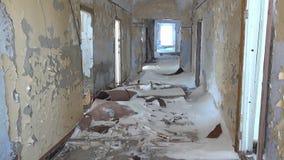 Комнаты в покинутом доме в угольных шахтах города на Chukotka далеко к северу от России видеоматериал