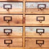Комод крупного плана деревянный взгляда ящиков винтажного Стоковые Фотографии RF