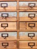 Комод крупного плана деревянный взгляда ящиков винтажного Стоковое Изображение