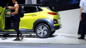 Компактное SUV Hyundai Kona электрическое акции видеоматериалы