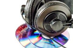 Компактные диски и наушники стоковые изображения