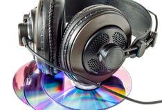 Компактные диски и наушники стоковая фотография