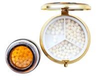 Компактные коробка и опарник пилюльки с шариками гомеопатии Стоковое Фото